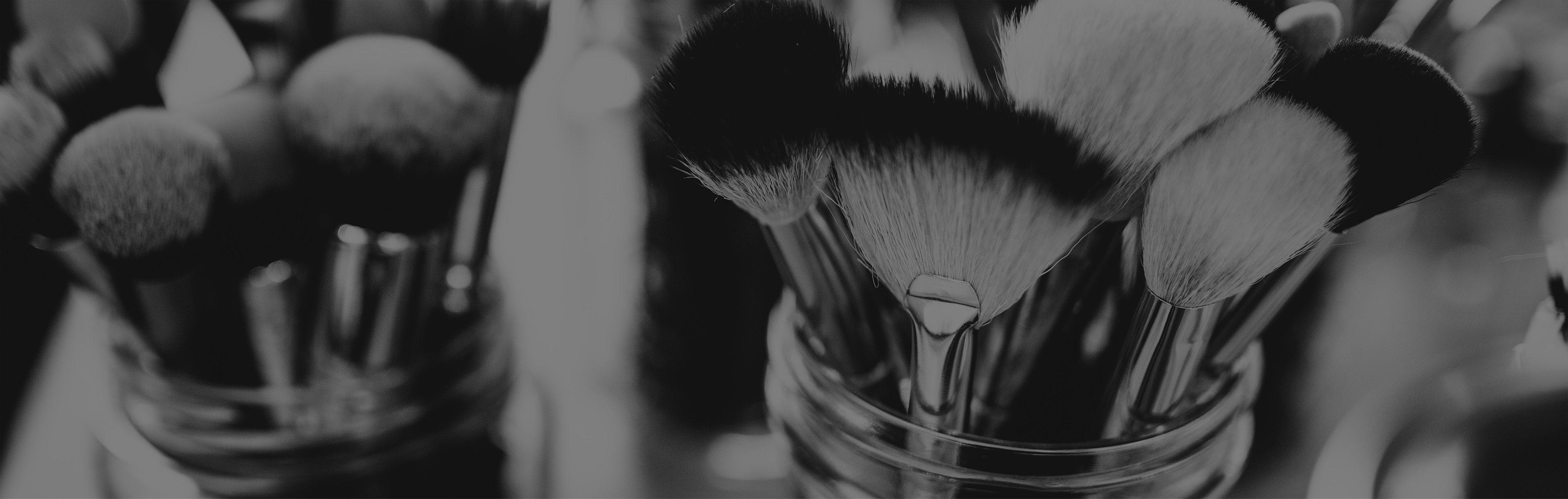 anan-make up studio-blush-brows-brides-maison de beauté-marseille-institut-salon-maquillage-make up-pinceaux-noir et blanc